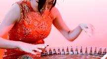 Die Guzheng-Spielerin